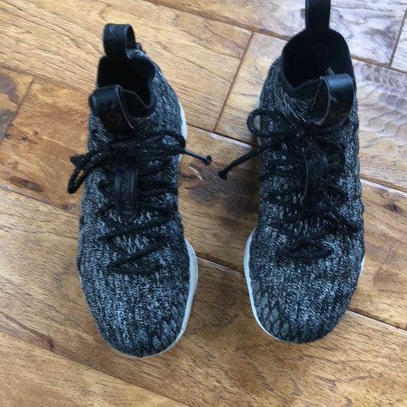 f954136ebdf9d Nike youth boy size 6 Lebron basketball shoe. M 5bf166fb5c4452451534cfb9